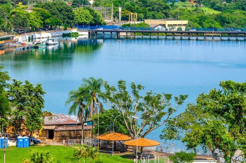 A cidade é cortada pelo Rio Paranapanema