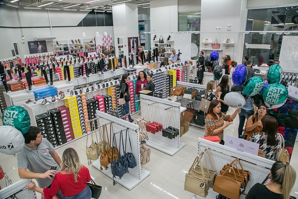 4fb93cf13 Chega a Curitiba fast fashion de calçados