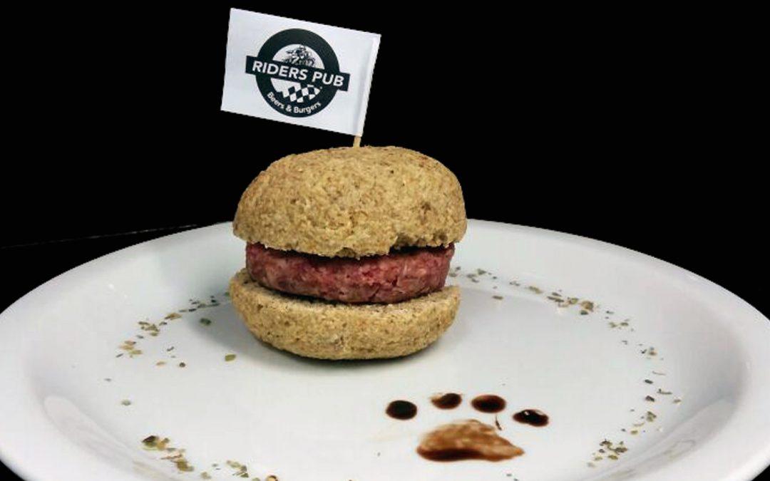 No Dia do Cão, pub prepara hambúrguer especial para os pets