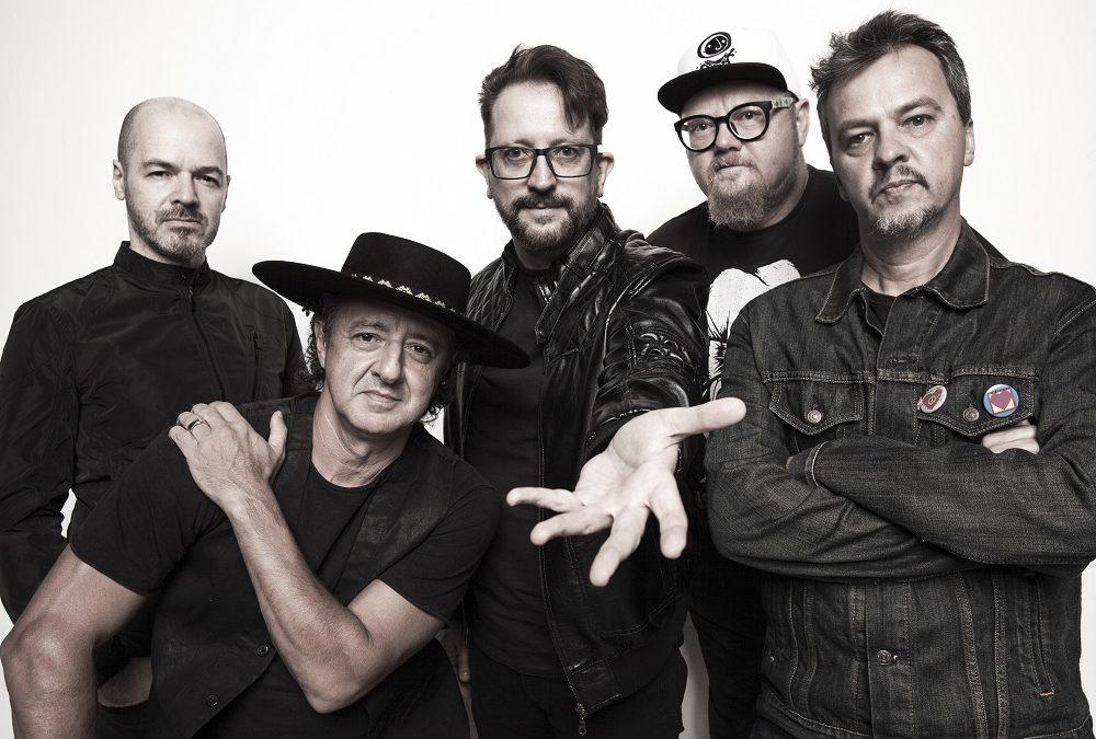 A banda Nenhum de Nós faz pocket show gratuito da nova turnê em Curitiba