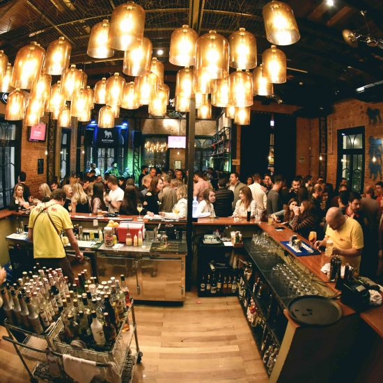 Área interna do We Are Bastards Pub (Créd. Nay Klim) (1)