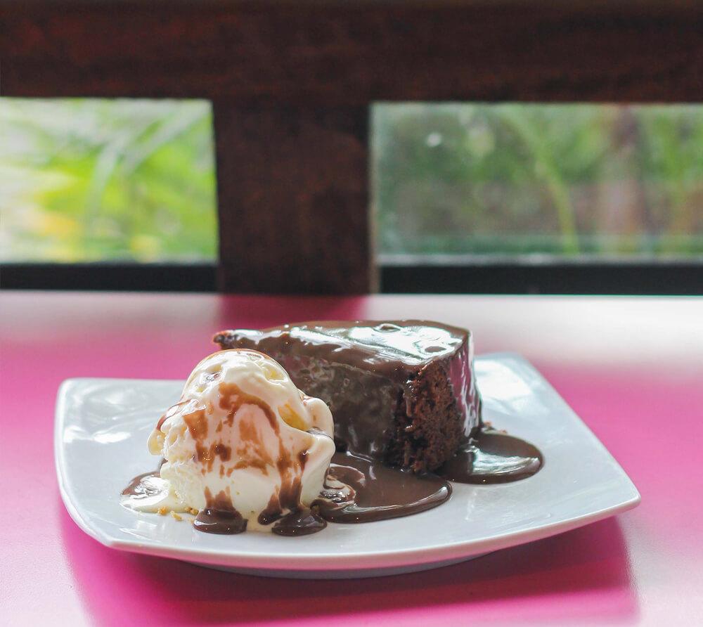 Bolo de chocolate com brigadeiro da Banoffi