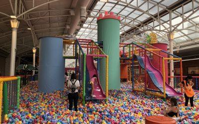 Parque dos Flamingos, com mais de 400 mil espumas coloridas, estreia no Shopping Estação