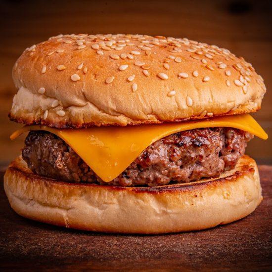 """Rede de pubs apresenta novo """"burger de 10ão"""" e outras novidades"""