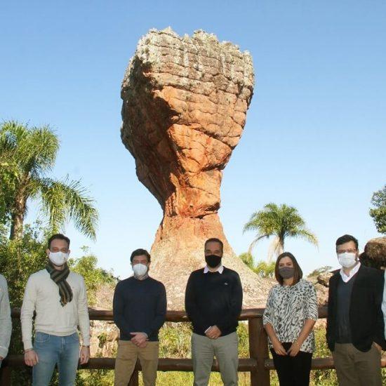 Representantes da Soul Parques e Soul Vila Velha com a diretoria da Unimed Ponta Grossa na oficialização da parceria.