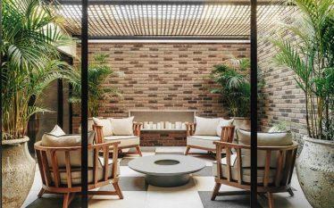 Studio Architeotnika Nomad ousa com loft contemporâneo e jardim a céu aberto para CASACOR PR 2021